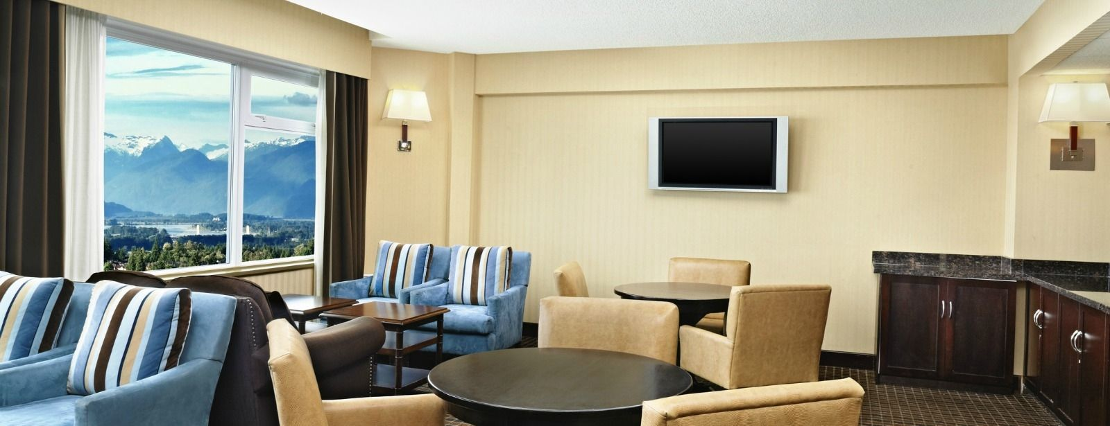 The Club Level Lounge, offers complimentary continental breakfast and snacks, as well as high speed internet access.